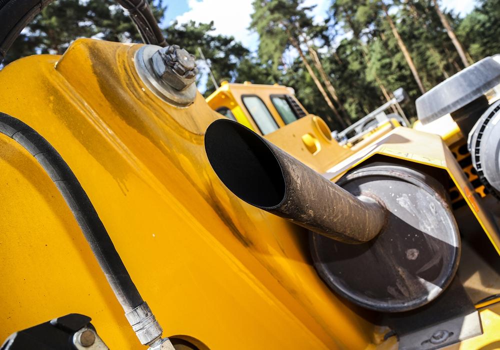 Bauarbeiter stehen täglich im Diesel-Dunst. Anders als bei Autos ist ein Rußpartikelfilter jedoch nicht vorgeschrieben. Die IG BAU fordert eine Filter-Pflicht für Baumaschinen. Foto: IG BAU