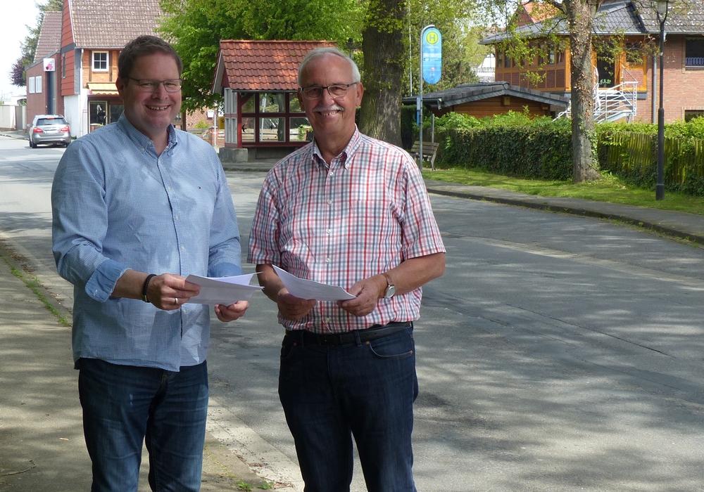 Marcus Bosse mit Flöthes Bürgermeister Hans-Dieter Bassy. Foto: SPD