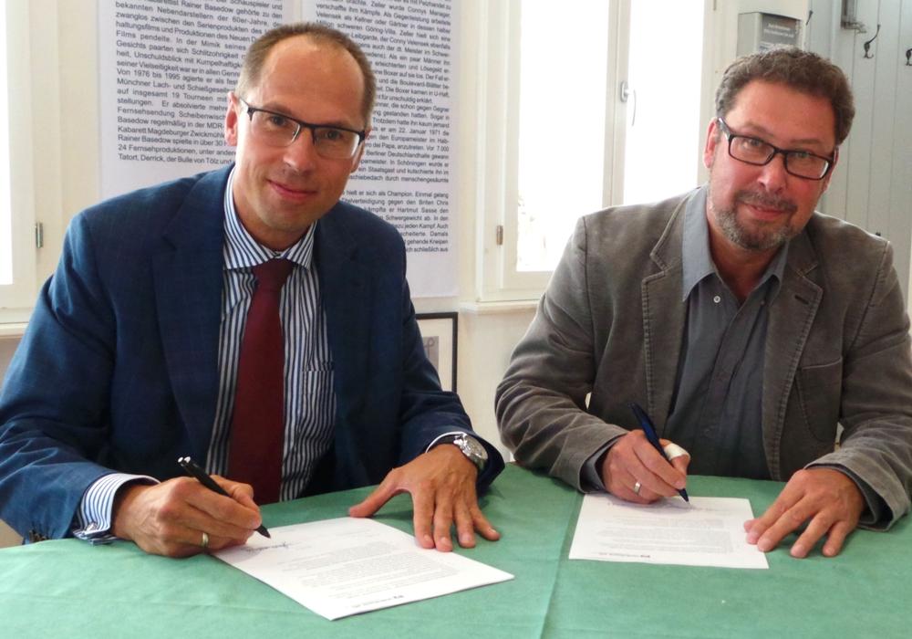 Vorstandsmitglied der Volksbank eG, Matthias Gericke, und der Vorsitzender der Schöninger Werbegemeinschaft, Frank Schulze unterzeichneten den Sponsoringvertrag. Foto: Stadt Schöningen