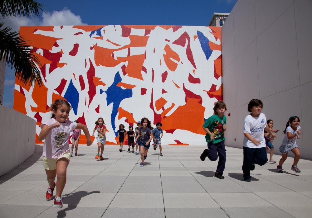 """Arturo Herrera """"Band"""" 2011, Lackfarbe auf Wand, 9 x 15,54 m, Installationsansicht NSU Museum Fort Lauterdale © Arturo Herrera"""