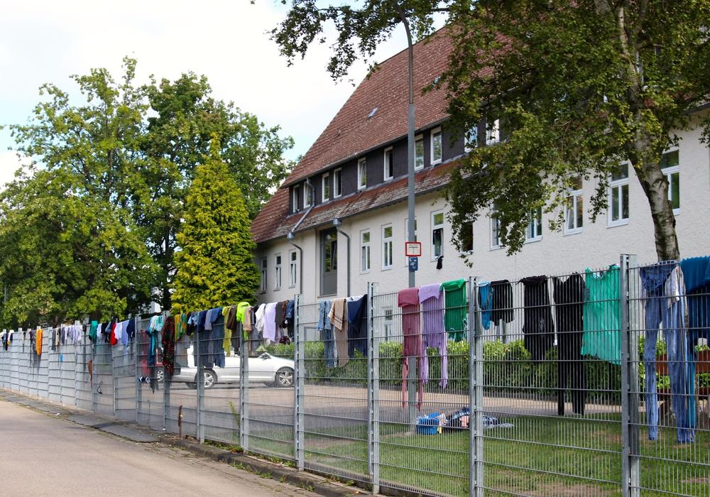 Die Erstaufnahmeeinrichtung in Kralenriede von der Straße aus gesehen. (Archivbild)