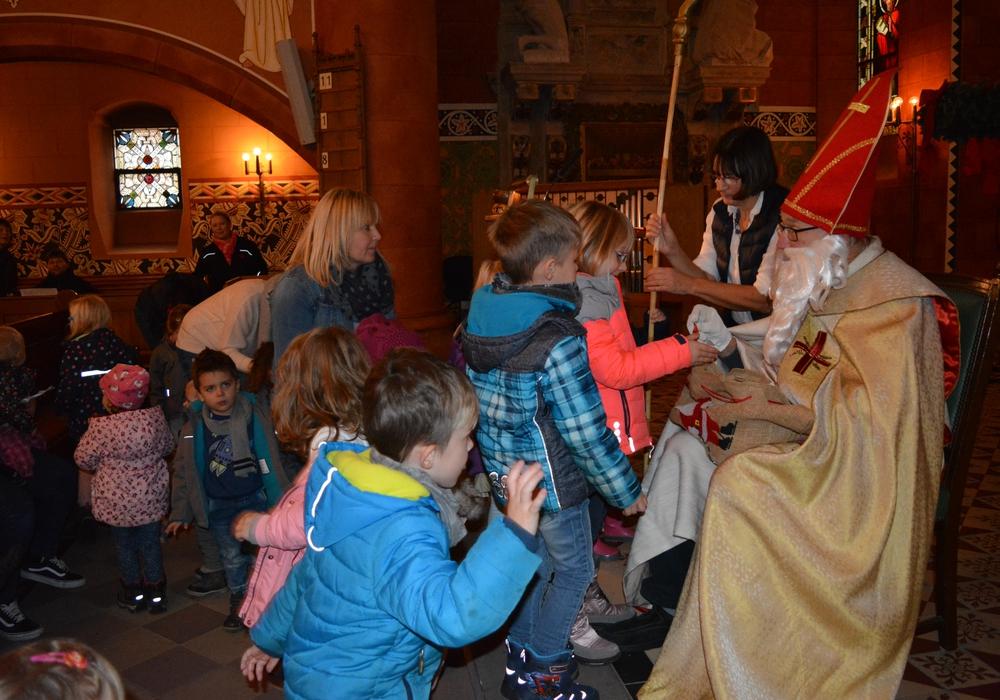 Im festlichen Bischofsgewand schritt der Namensgeber des Tages durch den Mittelgang und begrüßte viele aufgeregte Kinder. Foto: Evangelisch-Lutherischer Kirchenkreis Peine