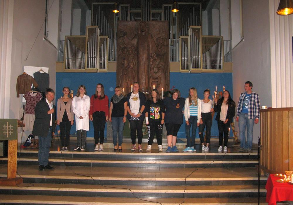 Pastor Dr. Sebastian Thier dankte den elf Jugendlichen die den Gottesdienst gestaltet hatten. Foto: Evangelisch-lutherischer Kirchenkreis Peine.