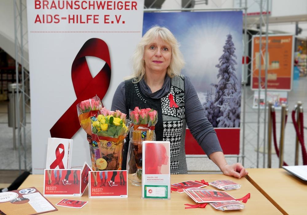 Kerstin Göllner berät Frauen am Stand der Braunschweiger AIDS-Hilfe. Foto: Alexander Panknin