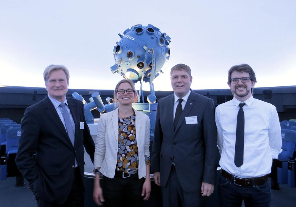 von links: Joachim Schingale (Geschäftsführer der WMG), Maike Berndt (dwif-Consulting GmbH), Christoph Kaufmann (Abteilungsleiter Tourismusvertrieb der WMG), Dirk Schlesier (Geschäftsführer Planetarium Wolfsburg gGmbH). Foto: WMG Wolfsburg Wirtschaft und Marketing GmbH