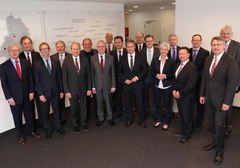 Die Mitglieder des Aufsichtsrates beriefen Dr. Frank Fabian (vorne rechts) zum 1. Juni in die Geschäftsführung der Allianz für die Region GmbH. Foto: Allianz für die Region GmbH/Matthias Leitzke