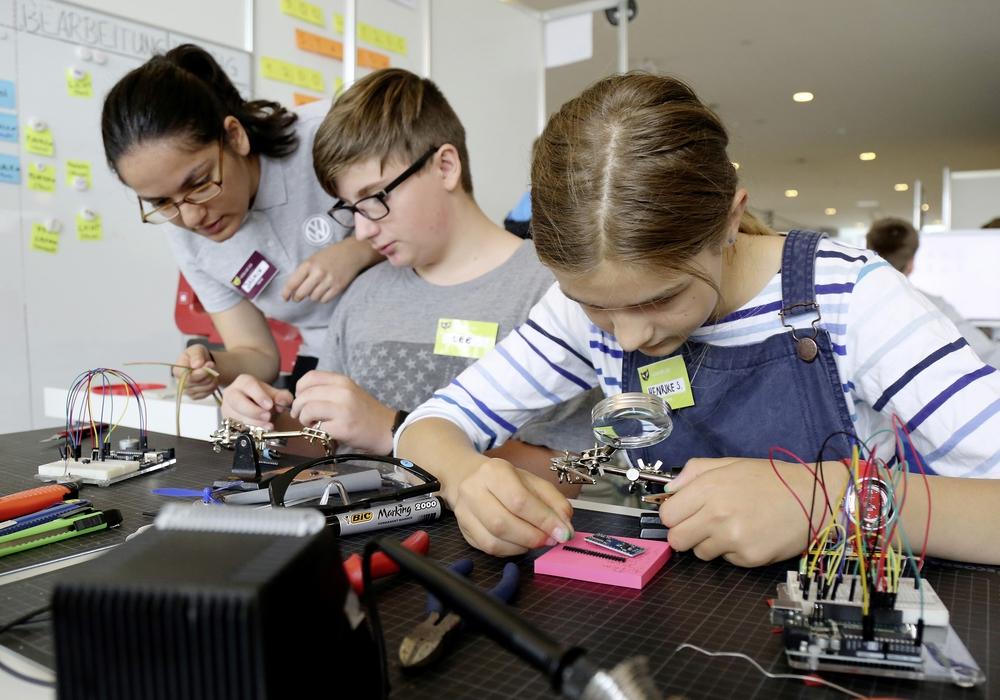 Im Mittelpunkt stehen Tüfteln, Experimentieren und Programmieren mit digitalen Technologien. Foto: Volkswagen AG