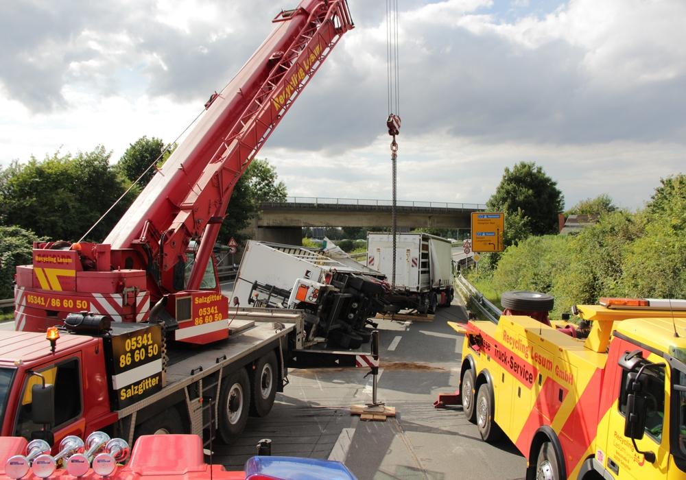 Mit einem Kran musste der LKW-Anhänger wieder aufgerichtet werden. Fotos: Feuerwehr Goslar