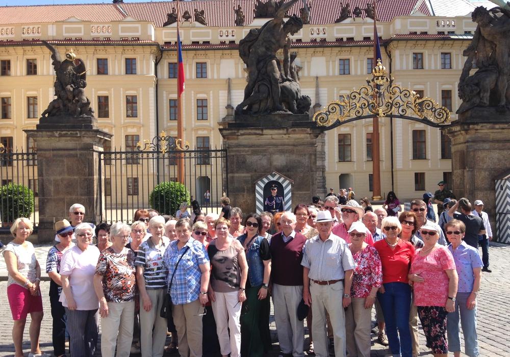 Gruppenbild vor dem Eingangstor zum Hradschin, dem Prager Präsidentenpalast. Foto: CDU/Michael Kramer