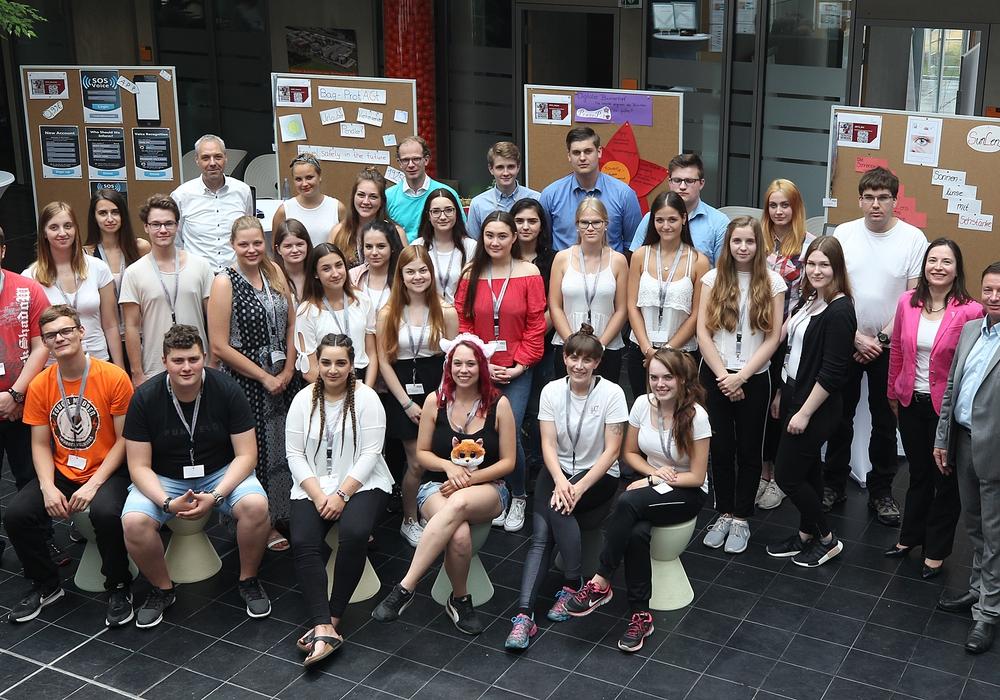 Die Teilnehmer und Jurymitglieder beim Projektmarkt. Foto: Allianz für die Region GmbH/Susanne Hübner