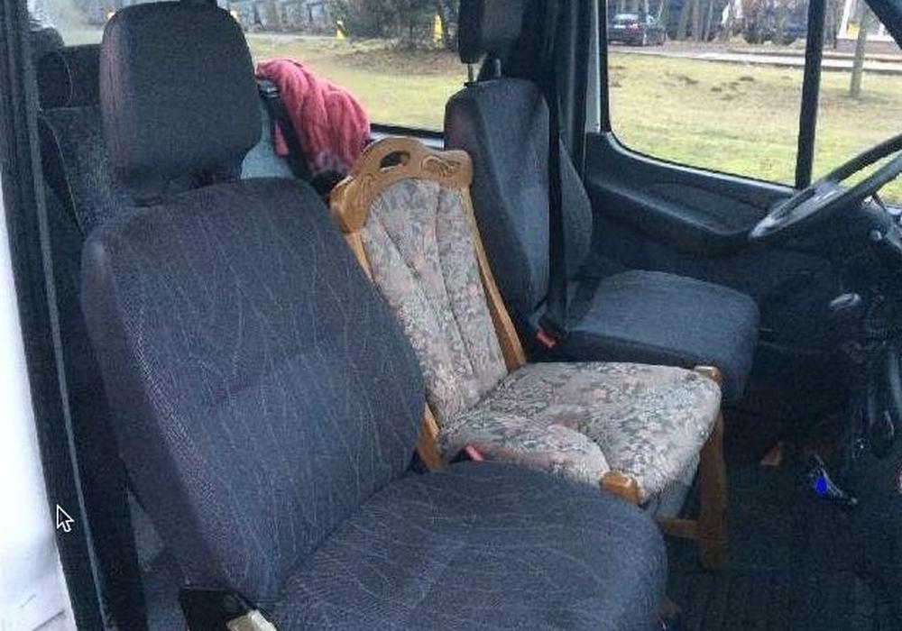 Zwischen die Sitze war ein Küchenstuhl geklemmt. Foto: Polizei