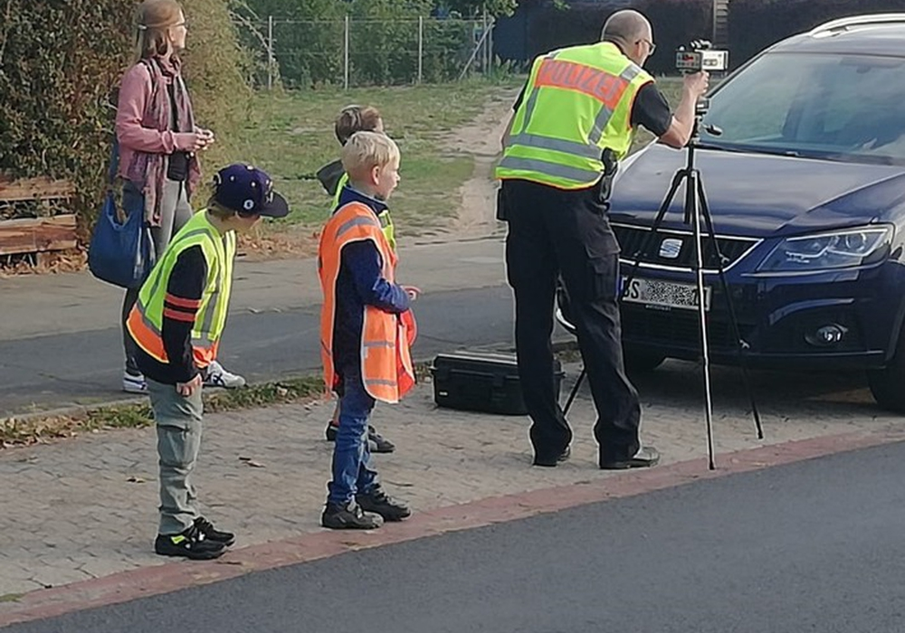 Die Schüler halfen bei der Geschwindigkeitskontrolle. Foto: Polizei