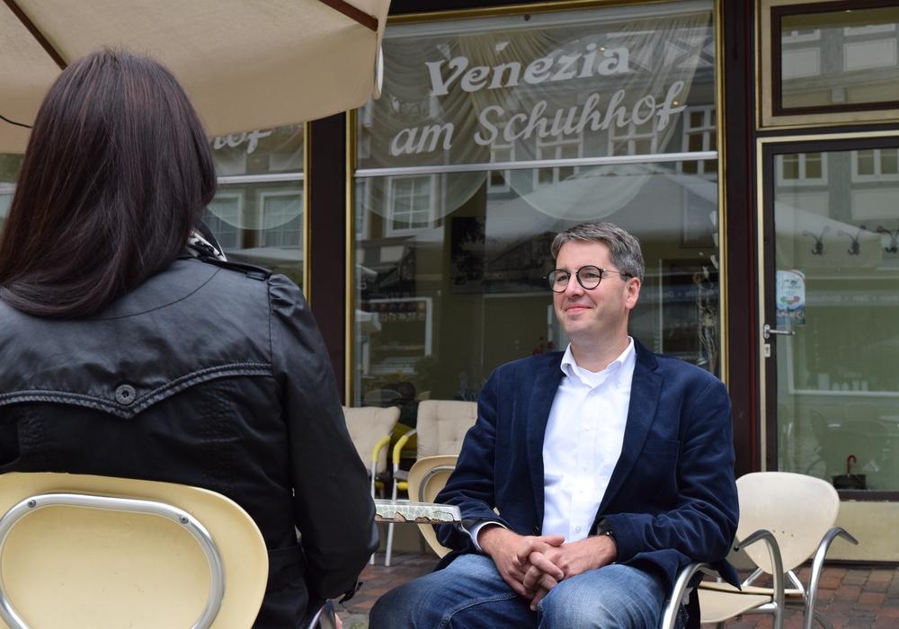 Oberbürgermeister Dr. Oliver Junk besprach zu seiner 50. Bürgersprechstunde Fragen und Anregungen von Bürgern im Venezia am Schuhof sowie im Eiseck in Vienenburg. Foto: Stadt Goslar