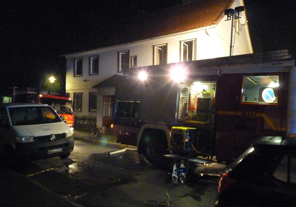 Die Einsatzkräfte mussten einen bewusstlos gewordenen Bewohner aus dem Haus retten. Fotos: Ortsfeuerwehr Oker.