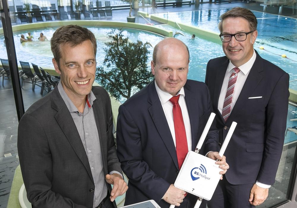 Wirtschaftsdezernent Gerold Leppa, BS|Energy-Vorstandsmitglied Matthias Henze und Stadtbad-Pressesprecher Fabian Neubert (v.r.n.l.) testen den neuen BS|HotSpot in der Wasserwelt. Foto: Stadtbad GmbH/Peter Sierigk