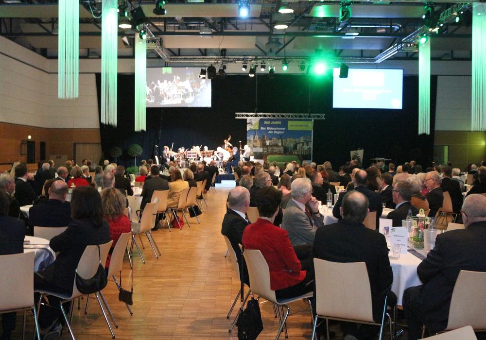Wieder mehrere hundert Gäste waren der Einladung zum Jahresempfang der Stadt in die Lindenhalle gefolgt. Fotos: Anke Donner/Alexander Dontscheff
