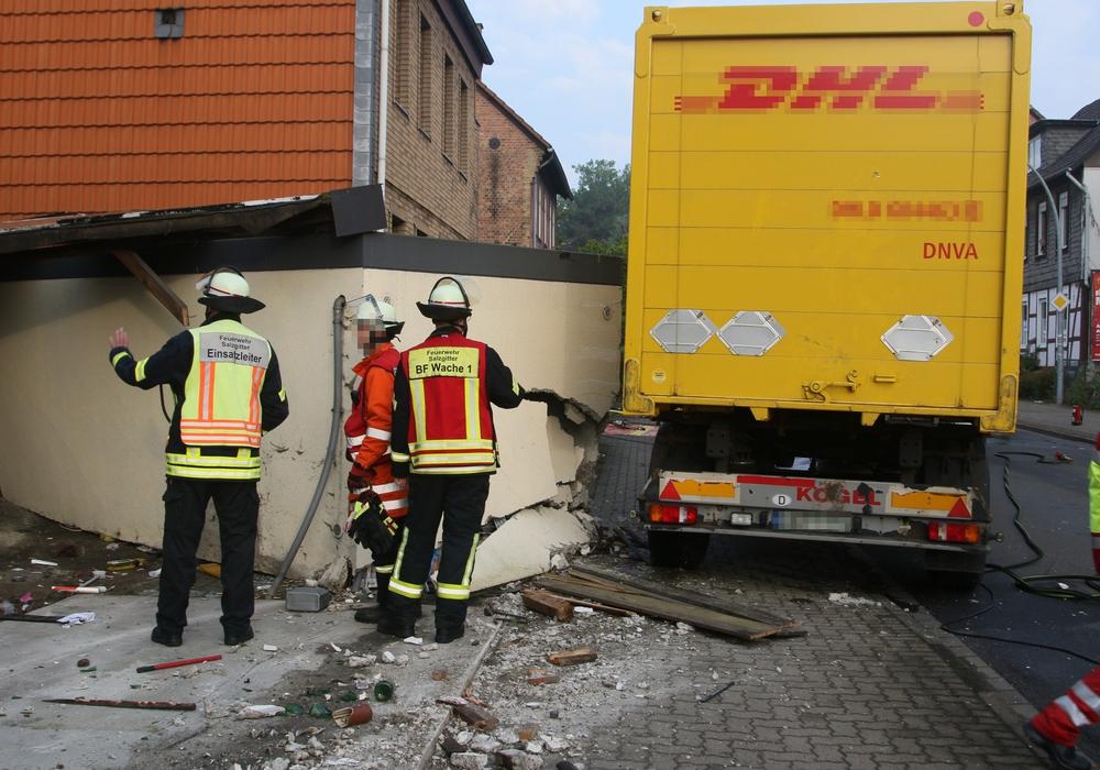 Eine Garage wurde stark beschädigt. Foto: Karliczek