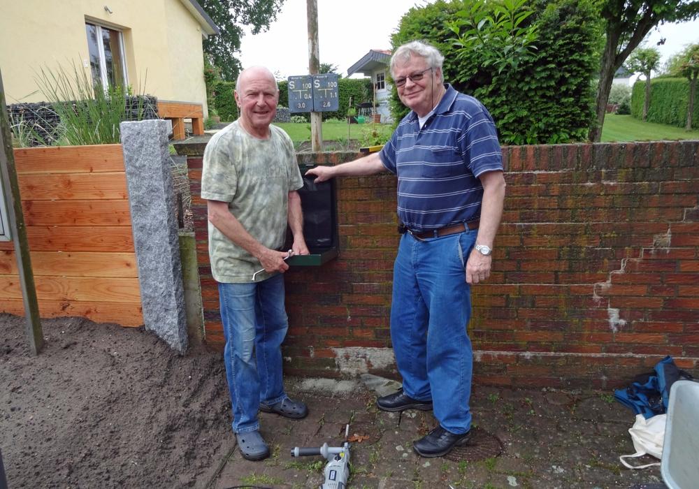 Ortsbürgermeister Jürgen Lingelbach und sein Stellvertreter Horst Neubauer montierten die Stationen. Foto: privat