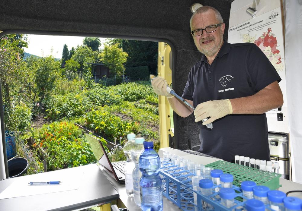 Harald Gülzow im Labormobil beim Analysieren einer Brunnenwasserprobe.  Fotos: VSR Gewässerschutz