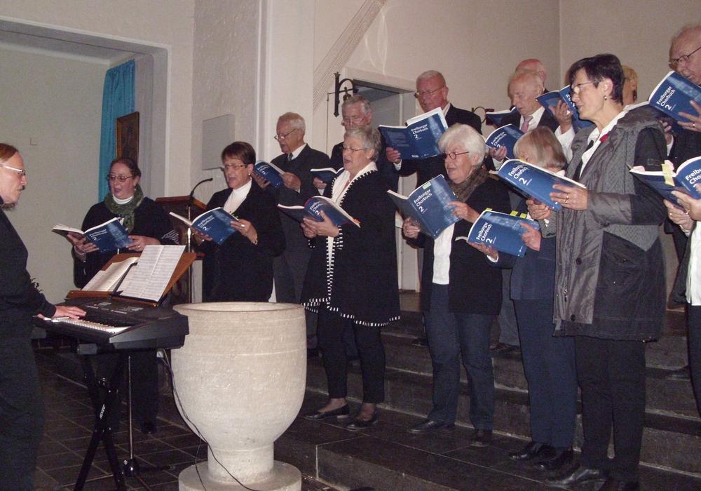 Mit viel Begeisteung erfüllte Chorgesang die Heilig Kreuz Kirche in Veltheim. Im Bild Chorleiterin Annegret Plate mit ihrem Chor. Foto: privat
