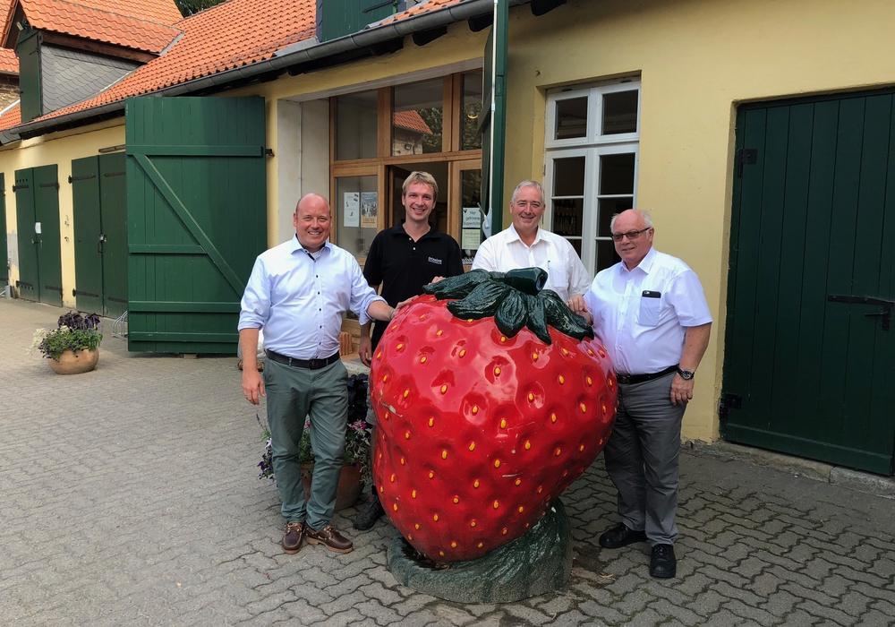 Vor dem Hofladen: Holger Bormann, Johannes Weber, Frank Oesterhelweg und Wolfgang Gürtler. Foto: privat