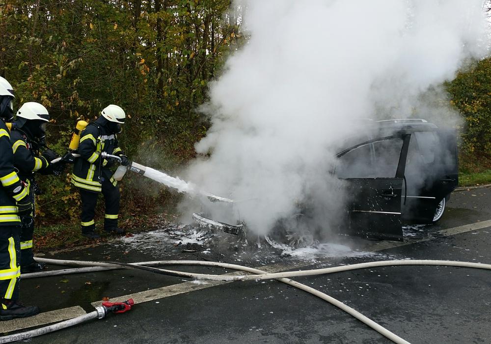 Der Wagen der jungen Familie stand plötzlich in Flammen. Fotos: Feuerwehr Goslar