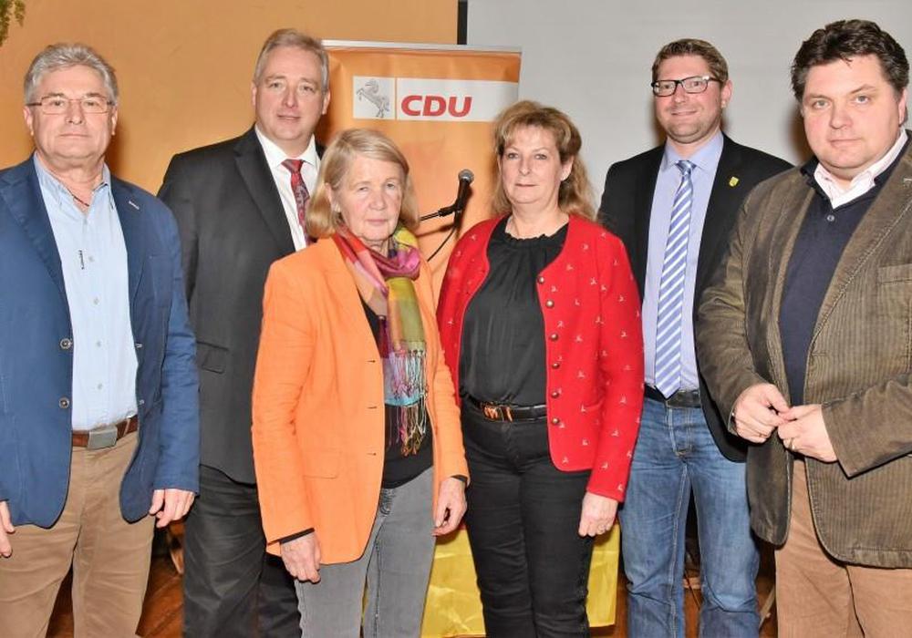Der CDU-Kreisverbandsvorsitzende Frank Oesterhelweg (2. v. l.) mit einigen Funktionsträgern (v. l.): Herbert Theissen (CDA), Monika Bötel (Senioren Union), Gabriele Otto (Frauen Union), Marco Kelb (KPV) und Uwe Schäfer (stellvertretender Landrat). Text und Fotos: Andreas Meißler