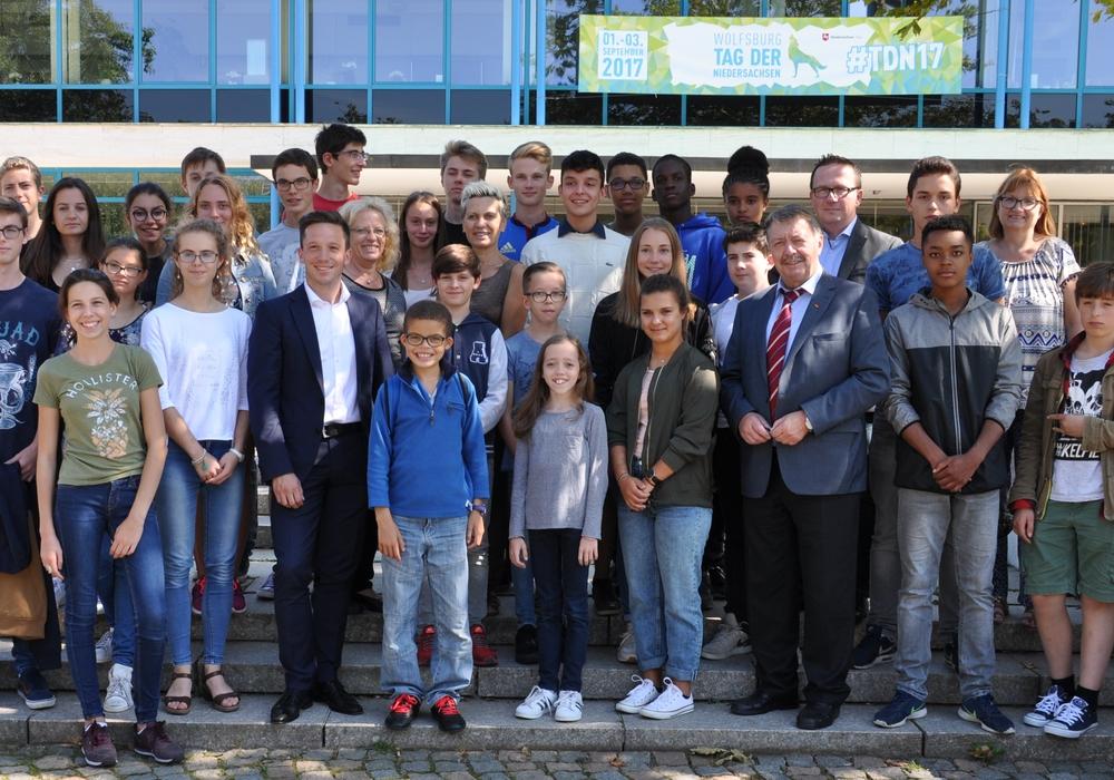 Bürgermeister Günter Lach begrüßt die Sprachschüler aus Frankreich im Rathaus. Foto: Stadt Wolfsburg)
