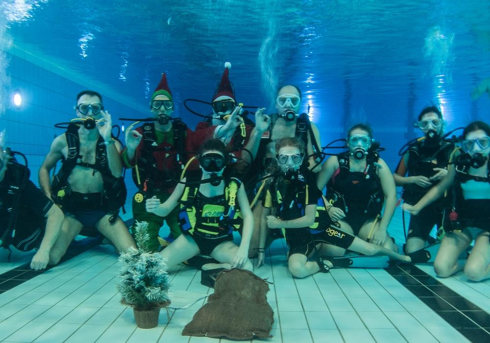 Der Wolfenbütteler Schwimmverein feierte Weihachten. Fotos: Beate Zgonc