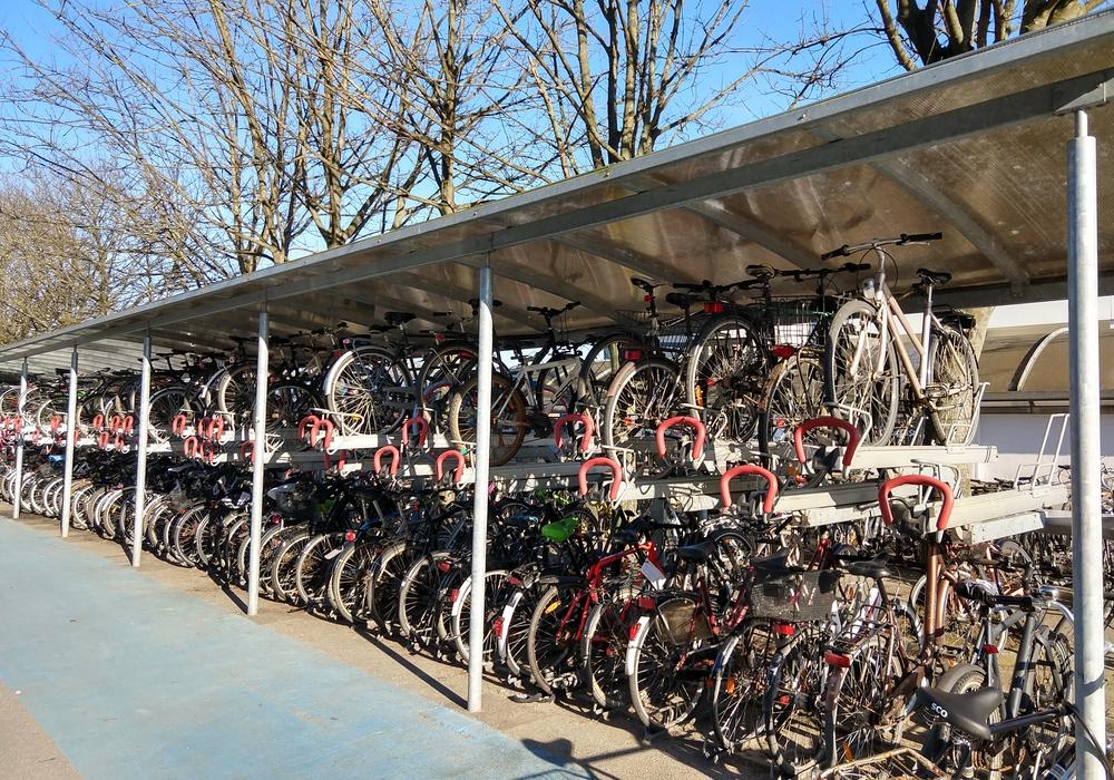 Am Wolfenbütteler Bahnhof soll ein Fahrrad-Parkhaus entstehen. Über 400.000 Euro soll das Vorhaben kosten.