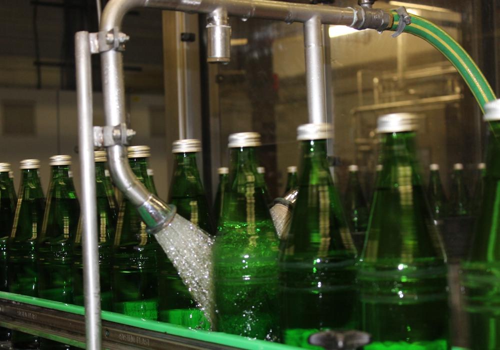 In den Sommermonaten verdoppelt sich der Verkauf an Getränken, speziell bei Mineralwasser, nahezu. Erfreulich für die Getränkeindustrie - wenn die Deutschen nur nicht ihr Pfand horten würden. Denn das brauchen Getränkehersteller für ihre Produktion. Fotos: Anke Donner
