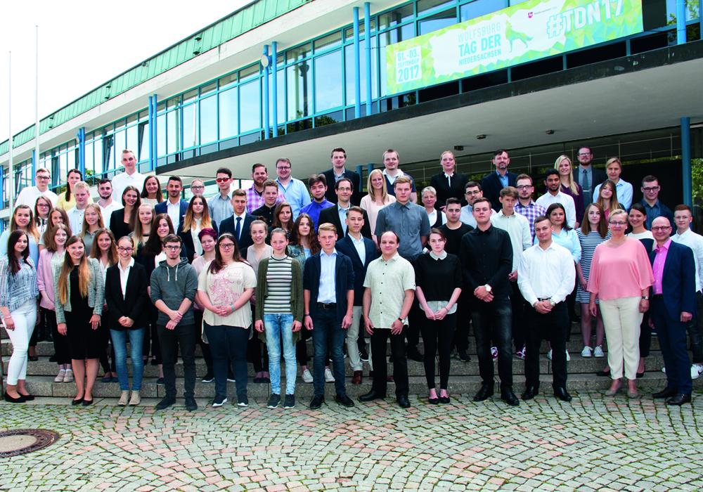 Die neuen Auszubildenden der Stadt Wolfsburg mit Stadträtin Iris Bothe (vorne, zweite von rechts) und Peter Wagner (vorne, rechts). Foto: Stadt Wolfsburg
