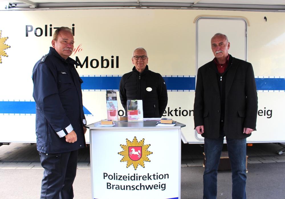 Kontaktbeamter Stefan Fränkel sowie Peter Voiß und Frank Altendorf von der Polizeilichen Beratungsstelle informierten in Kralenriede (v. li.). Fotos: Alexander Dontscheff