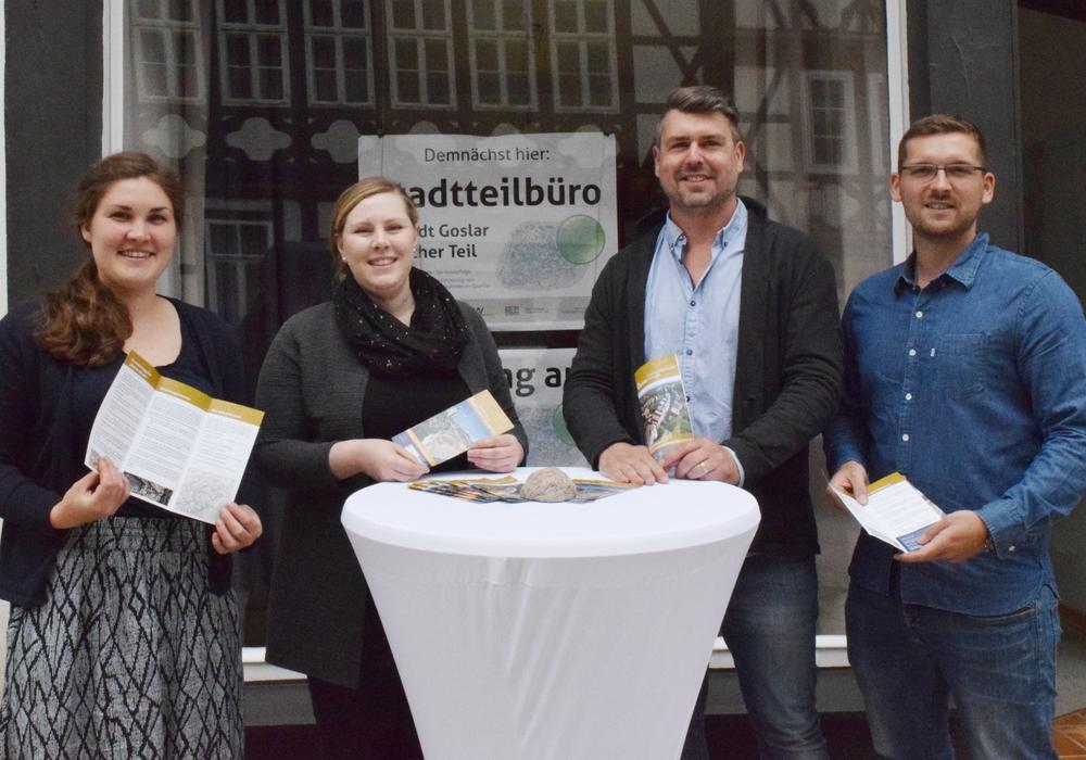 """Jantje Appel (von links) und Anika Krystin Beverburg beraten zum """"Städtebaulichen Denkmalschutz"""", Gunnar Schulz-Lehnfeld und Kevin Büttner kümmern sich um die energetische Ertüchtigung. Fotos: Stadt Goslar"""
