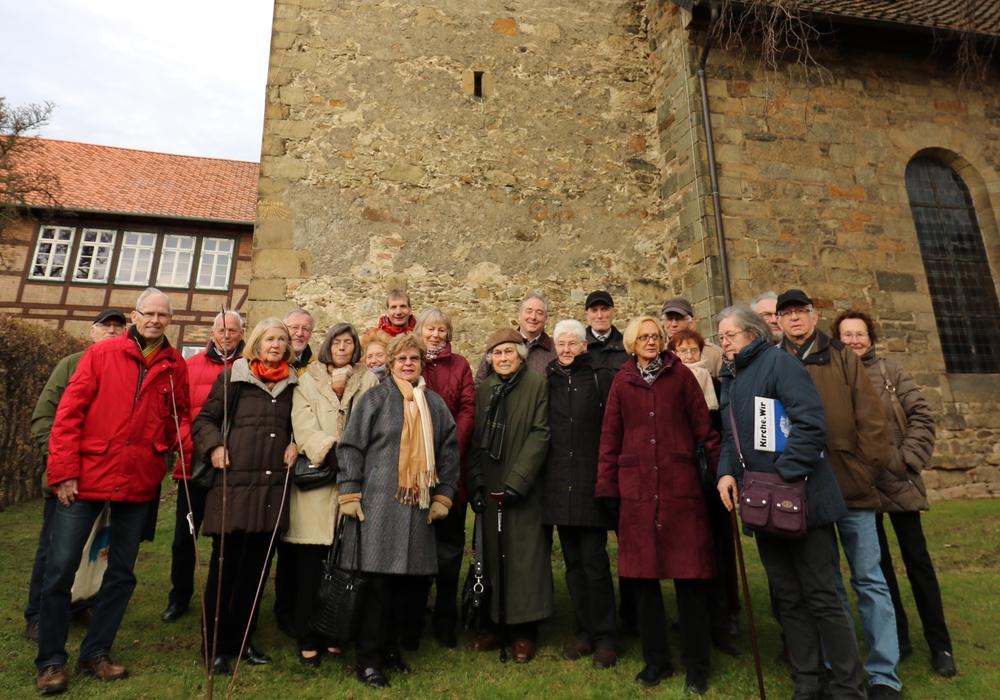 Die CDU-Senioren vor der St. Johannes Kirche in Werlaburgdorf mit Monika Bötel, Pfarrer Frank Ahlgrimm und Frank Oesterhelweg. Foto: Lorenz