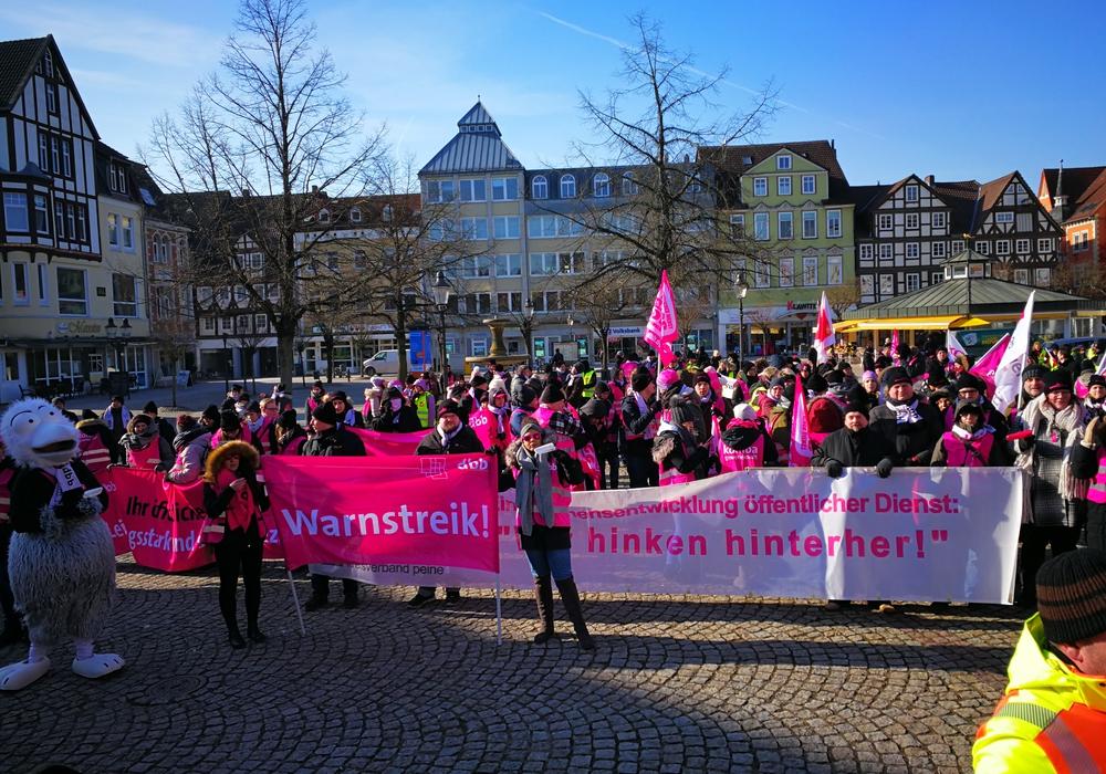 Mehr als 400 Personen waren dem Aufruf von komba gewerkschaft und der Gewerkschaft ver.di gefolgt. Foto: komba gewerkschaft