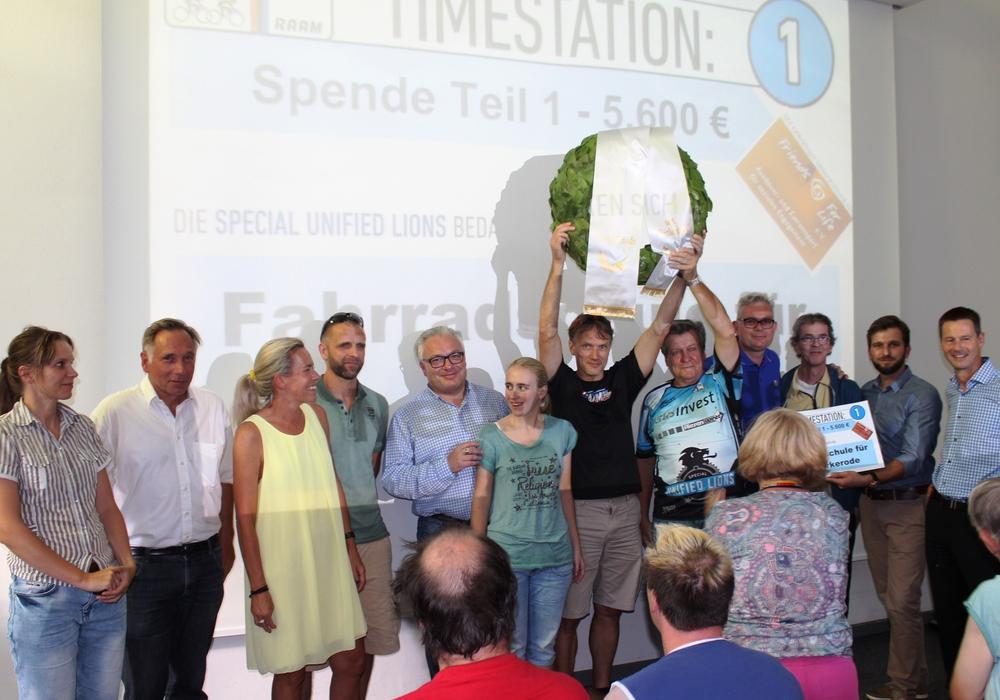 Alle freuten sich bei der symbolischen Übergabe des Schecks und eines Siegerkranzes. Foto: Evangelische Stiftung Neuerkerode