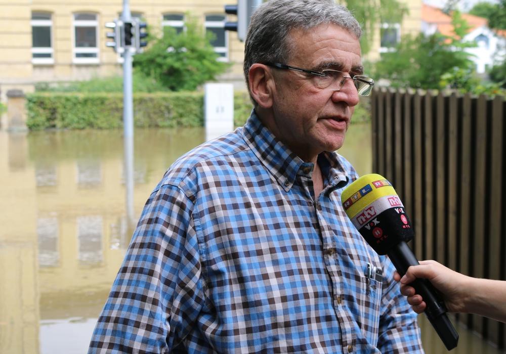 Bürgermeister Thomas Pink war am Freitag ein viel gefragter Mann. Hier im Interview mit RTL und N-TV. Einige Sender gingen live auf Sendung. Fotos: Werner Heise