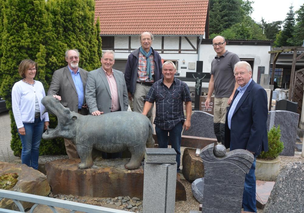 Ein Flusspferd begrüßt die CDU-Besuchergruppe, von links nach rechts: Edda Schmutzler, Volker Brandt, Frank Oesterhelweg, Arno Schmutzler, Thomas Ullmer, Steinmetz und Bildhauer Hardy Girod, Michael Schwarze. Foto: CDu