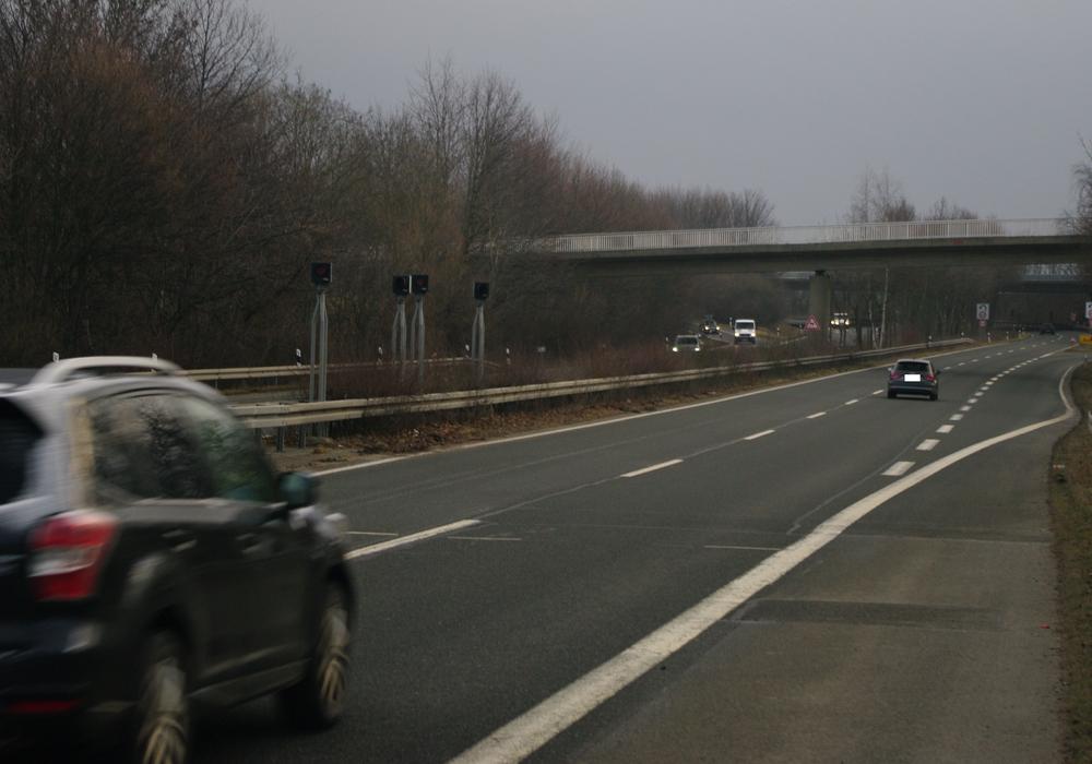 Bei einer gemessenen Geschwindigkeit von mehr als 180 km/ h musste der Fahrer angesichts des folgenden Straßenverlaufs an dieser Stelle der B 6 sicher extrem auf die Bremse treten. Foto: Landkreis Goslar
