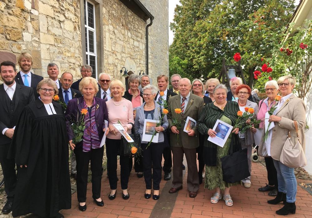 Die 19 ehemaligen Konfirmanden der St. Petri Kirche in Mörse. Foto: Judith Albrecht