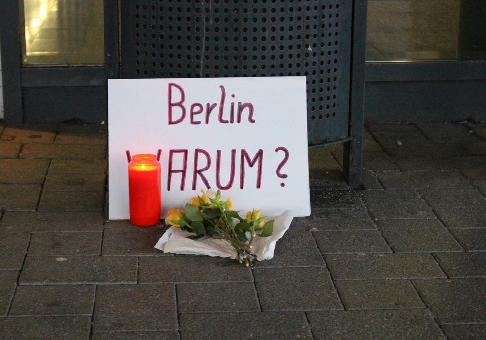 Gedenken an die Opfer in Berlin vor dem Rathaus. Foto: Alexander Panknin