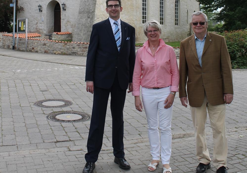 Ulrike Jungkurth (Mitte) und Jürgen Lingelbach (rechts) danken Christian Ahrens für die Spende, die dem nächsten Bauabschnitt zu Gute kommen wird. Foto: Christina Balder