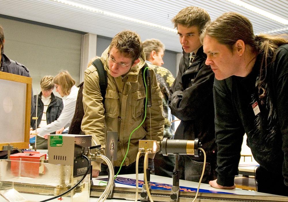 Schüler bei den Experimenten zum Mitmachen. Foto: TU Braunschweig