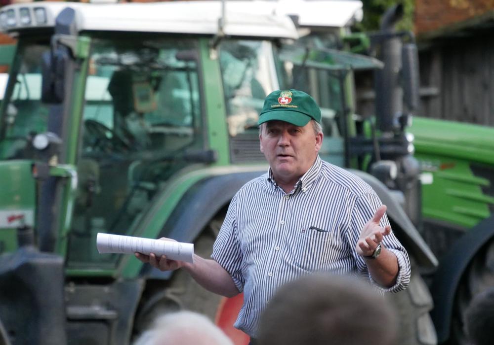 Wilfried Henties, stellvertretender Vorsitzender des Landvolk Braunschweiger Land. In seiner Hand, der 10 Punkte Plan. Foto: Alexander Panknin