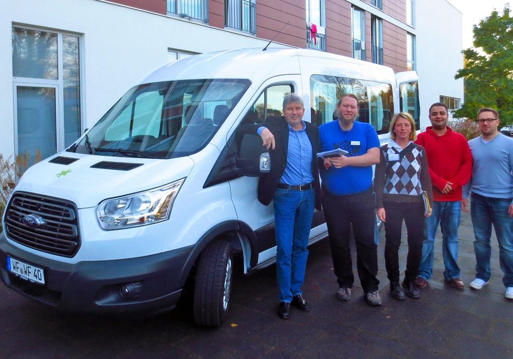 Olaf Danell, Matthias Bosse, Beate Zgonc, Ali Atoui und Benjamin Höfener mit dem neuen Stiftungsbus. Foto: Stadt Wolfenbüttel