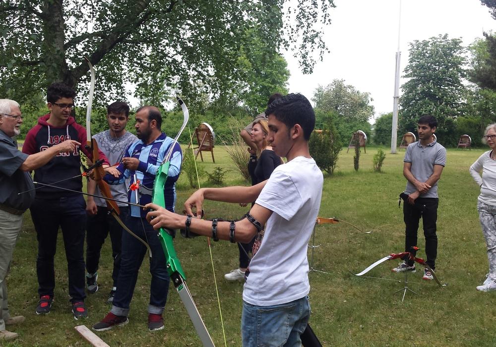 Flüchtlinge und deren Paten werden zum Bogenschießen in den Schützenverein Querum von 1874 e. V. eingeladen, Integration funktioniert auch über sportliche Aktivitäten. Foto: Privat