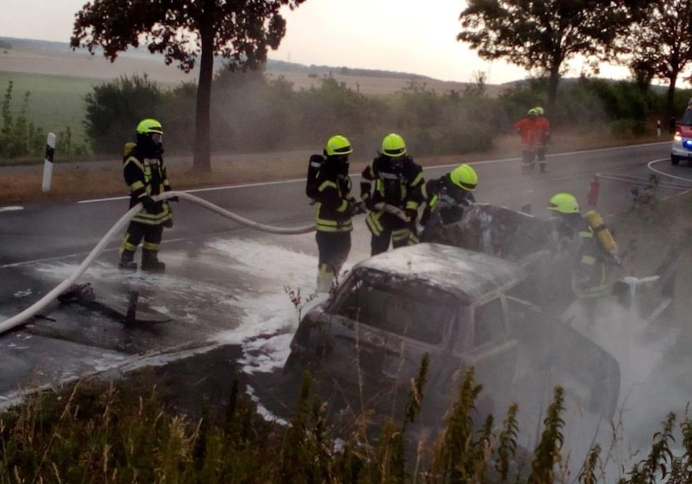 Der Mini stand in Vollbrand und musste durch die Einsatzkräfte abgelöscht werden. Fotos: Feuerwehr Liebenburg