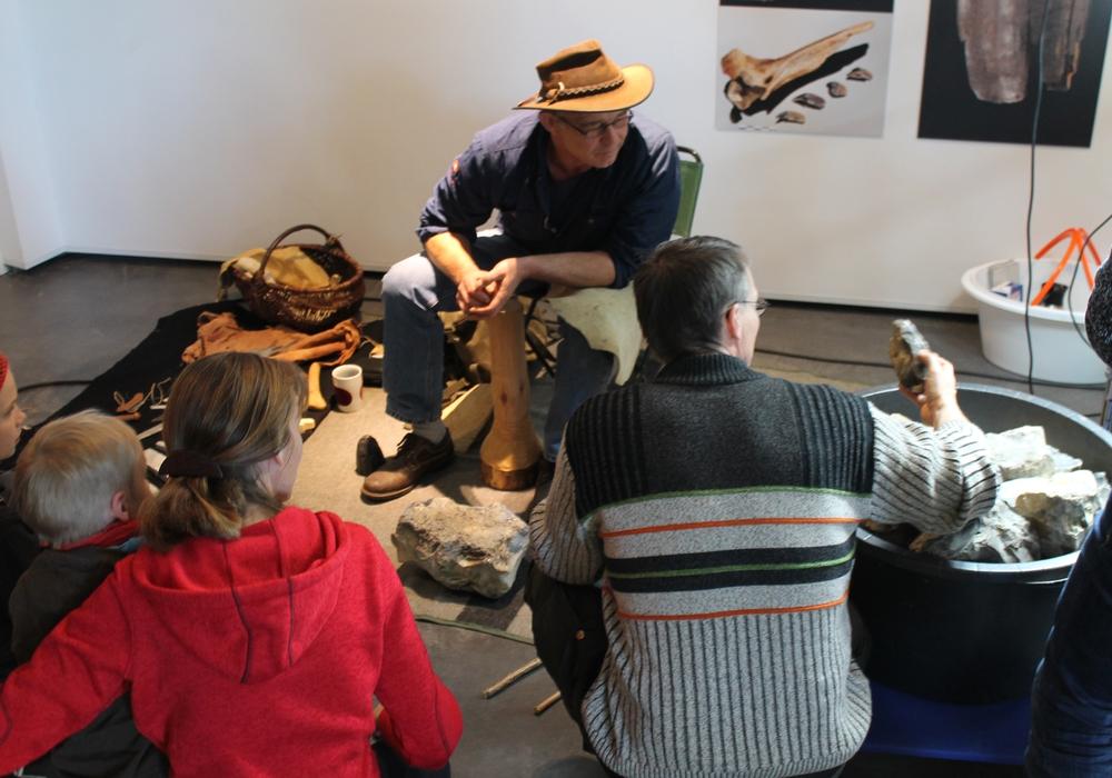 Experimentalarchäologe Andreas Benke zeigt steinzeitliche Werkzeugherstellung. Foto: paläon