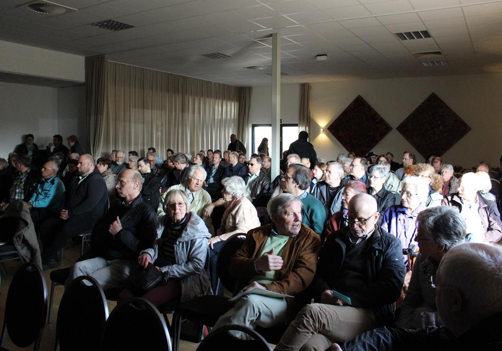 "Voll besetzter Saal im KOMM bei der Infoveranstaltung zum geplanten Baugebiet ""Am Södeweg"". Foto: Max Förster"